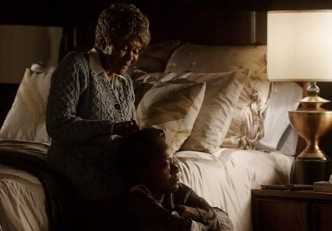 Ophelia (Cicely Tyson) runs the comb through Annalise's hair (Viola Davis)